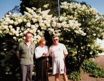 «Утопающие в цветах» (слева направо) В.Ситников, В.Быкова, О.Дюмин