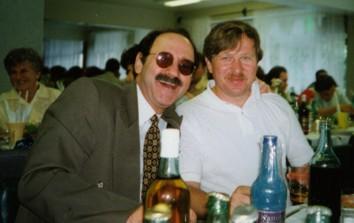 За дружеской беседой: Ю.Керн (слева) и С.Рязанцев (справа)