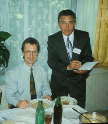 Работа даже в обеденный перерыв: А.Лопатин (слева) и Г.Пискунов (справа)